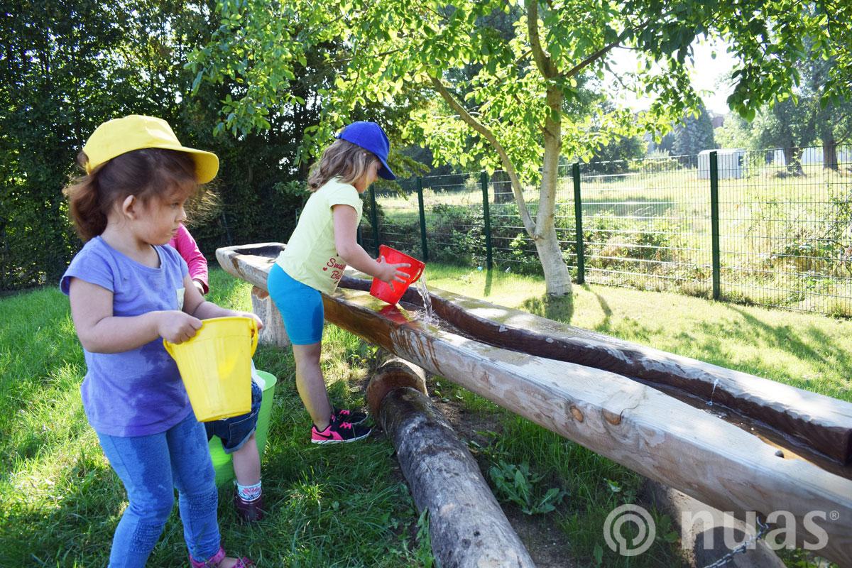 nuas Wassertransport zur Baumstammrinne - Wasserspiellandschaft
